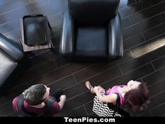 После сладких поцелуев парень отъебал девчонку в разных позах