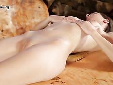 Романтичная девчонка ласкает маленькую грудь и выбритую киску