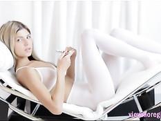 Молодая русская красотка Gina Gerson раздевается и мастурбирует