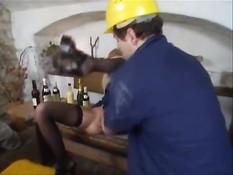 Строитель в подвале отодрал в анал молодую блондинку в чулках
