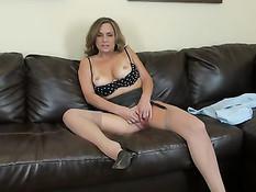 Зрелая дамочка в очках Rebecca Bardoux мастурбирует фаллосами