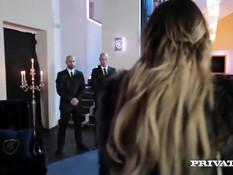 Нахальная блондинка в чёрных чулках Anna Polina ебётся с парнями