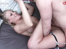 Молодая немецкая блондинка Lara Cumkitten оттрахана на кровати