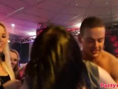 На вечеринке в ночном клубе европейские девки ебутся с парнями