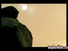 Вуайерист с видеокамерой заглядывает под юбки гуляющим девкам