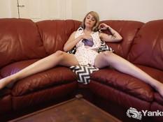 Блондиночка с тату на плече раздвигает ноги и мастурбирует клитор