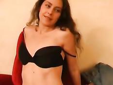 Немецкая девка с обвисшей грудью и пирсингом играет с вибратором