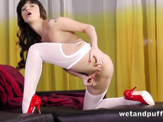 Худая девка в белых чулках вставляет в киску и попу секс игрушки