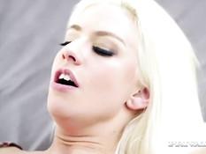 Блондинка Jessie Volt дала оттрахать себя в киску и рабочий анус