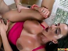 Сисястая брюнетка с интимной стрижкой Ariella Ferrera села на хуй