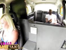 Блондинка водитель такси ебётся на заднем сиденье с пассажиром