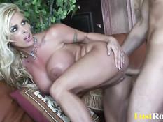 Парень ебёт на диване роскошную сисястую блондинку Holly Halston