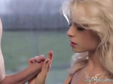 Шикарная блондиночка делает минет мужчине с выбритым членом
