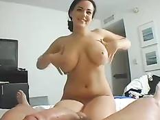 Страстная брюнетка Natasha Nice двумя руками выдрочила сперму