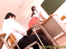 Развратная японская преподавательница подрочила член студенту