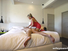 Опытная блондинка сделала мужчине массаж и выдрочила сперму