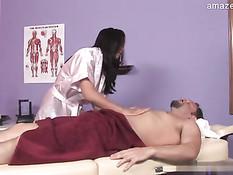 Темноволосая массажистка подрочила парню хуй и высосала сперму