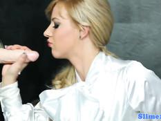 Торчащий из дыры член поливает спермой развратную блондиночку