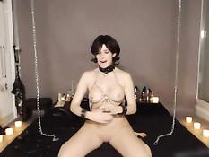Обвешанная цепями секс рабыня прицепляет к сосочкам прищепки