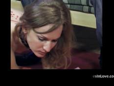 Покорная русская секс рабыня вылизывает ноги и ходит на поводке
