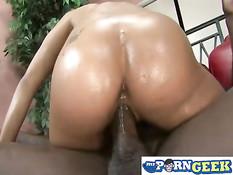 Сексуальная мулатка Aliana Love оттрахана большим чёрным членом