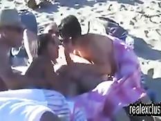 Летом на нудистском пляже можно встретить занимающихся сексом
