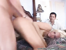 Муж свингер смотрит как на кровати ебут сисястую жену блондинку