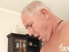 Три зрелые свинг пары из Германии занимаются сексом в квартире