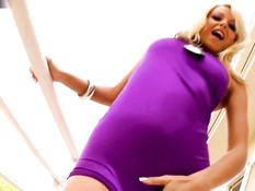 Сексуальная сиськастая блондинка Jana Cova играет с бритой писей