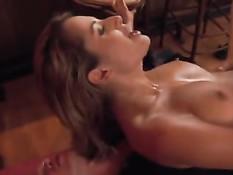Горячая грудастая блондинка Regina Ice ебётся с мужиками в баре