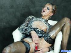 Горячая дама в чулках залита спермой из просунутого в дыру члена