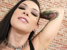 Татуированная брюнетка с пирсингом сосков Katrina Jade сосёт член
