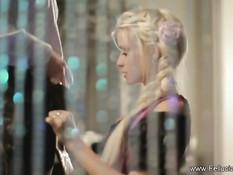Красивая блондинка с косичками делает минет и дрочит парню член