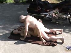 Бесстыжая молодая шалава Nataly Von на стоянке ебётся с мужиком