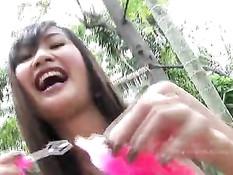 Красивая тайская девчонка Alexa Kee обнажается и ласкает киску