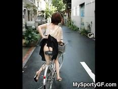 Эти девки любят путешествовать на велосипеде в обнажённом виде