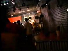 Темнокожие девки танцуют стриптиз на подиуме одного из клубов