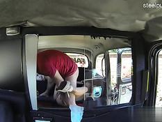 Пожилой водитель такси отымел в салоне сиськастую блондиночку