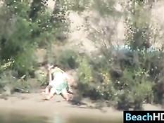 Скрытая камера подглядела как пара занимается сексом на берегу