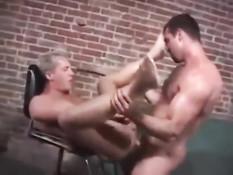 Мужчина гей дал отсосать хуй молодому любовнику и отымел в очко