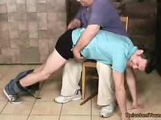 Пожилой гей отшлёпал по заднице провинившегося молодого парня
