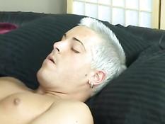 Голубые парни сосали друг у друга в позе 69 и ебались на кровати