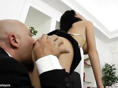 Развратная русская секретарша в очках сосёт у босса и даёт в очко