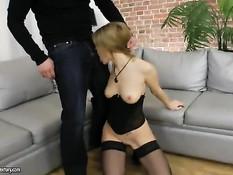 Озорная русская блондиночка в чулках оттрахана во все отверстия