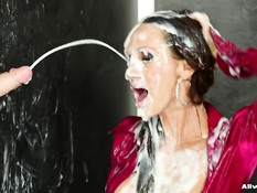 Появившийся из дырки хуй залил спермой уборщицу Cynthia Vellons