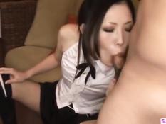 Симпатичная японская девка в чёрных чулках отсосала член парню