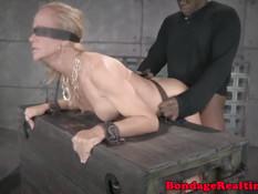 Прикованную к ящику рабыню Simone Sonay трахают с двух сторон