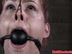 Рыжую рабыню с прищепками на сосках отхлестали плёткой по телу