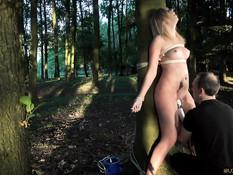 Мужик привязал блондинку к дереву в лесу и оттрахал вибратором