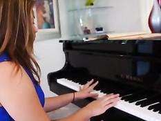 Молодая пианистка занимается лесби сексом с преподавательницей